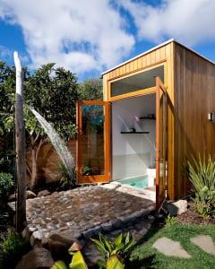 Badezimmer im Garten bauen mit Außendusche und Steinboden
