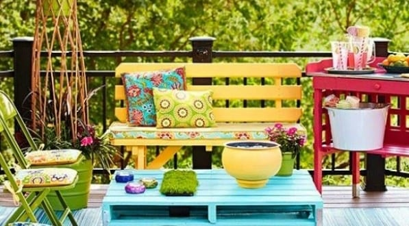 DIY gartenmöbel aus Paletten bunt gestrichen für coole wohnzimmereinrichtung und terrassengestaltung