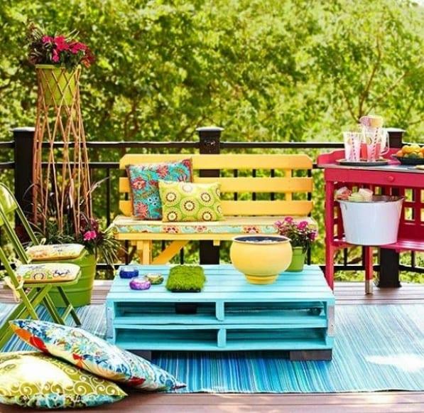 diy gartenm bel aus paletten bunt gestrichen f r coole wohnzimmereinrichtung und. Black Bedroom Furniture Sets. Home Design Ideas
