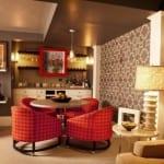 kleines wohnesszimmer einrichten mit esstisch rund und polsterstühle rot_coole idee für wandgestaltung mit tapete beige und decke in grau streichen