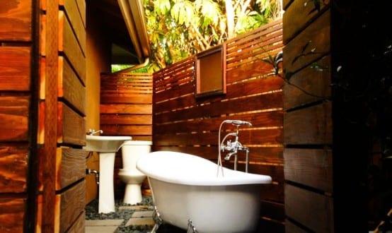 außen badezimmer mit badewanne und kiesboden