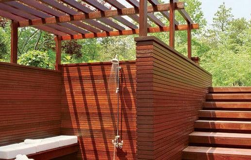badezimmer holz im au enbereich mit dusche und holzbank. Black Bedroom Furniture Sets. Home Design Ideas