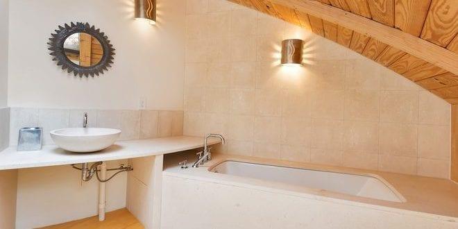 badezimmer idee mit schr gdach aus holz und badewanne eingemauert freshouse. Black Bedroom Furniture Sets. Home Design Ideas