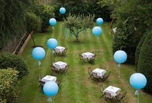 schöne gartenideen für gartenparty und hochzeit gestaltung mit blauen luftbalons
