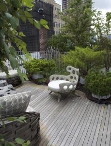 coole Terrassengestaltung mit Betonsessel