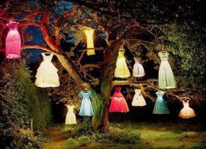 coole gartendeko mit kleider-lampen für coole gartenparty