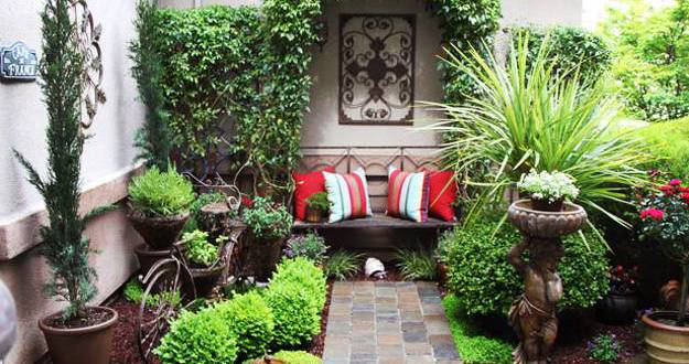 coole gartengestaltung mit sitzbank als kleines wohnzimmer im hofgarten