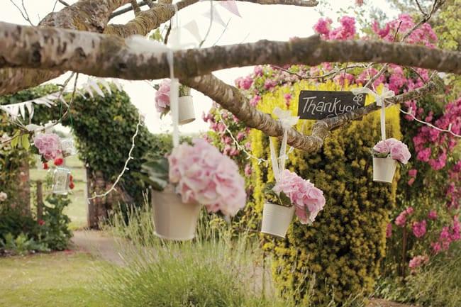 Coole gartenparty deko in hellrosa mit blumen und rosafarbigen blument pfen freshouse - Hellrosa wandfarbe ...
