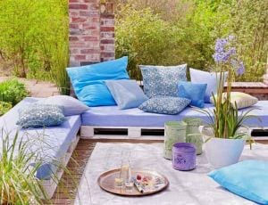 coole idee für kleines wohnzimmer im garten mit DIY Gartenmöbel aus Paletten in weiß