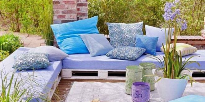 coole idee f r kleines wohnzimmer im garten mit diy gartenm bel aus paletten in wei freshouse. Black Bedroom Furniture Sets. Home Design Ideas