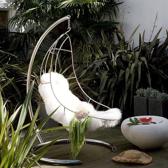 elegante terrasseneinrichtung mit h ngesessel mit gestell. Black Bedroom Furniture Sets. Home Design Ideas