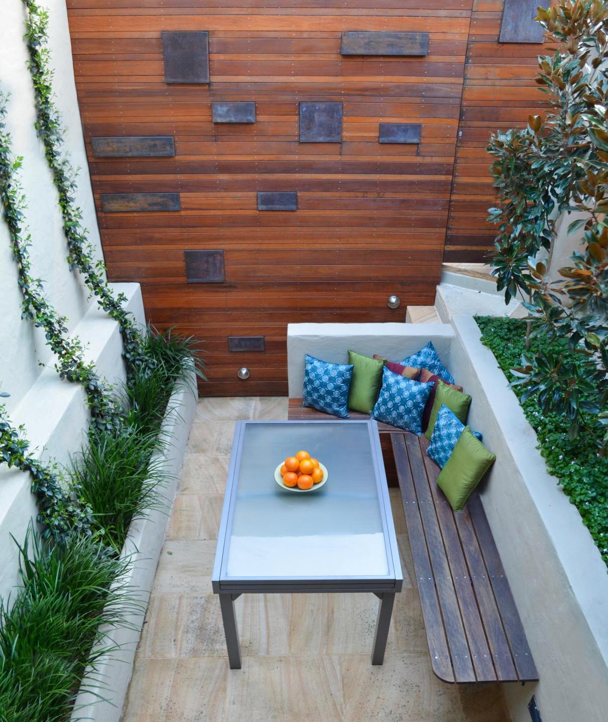 garten gestalten mit bank und esstisch als kleines wohnzimmer drau en freshouse. Black Bedroom Furniture Sets. Home Design Ideas