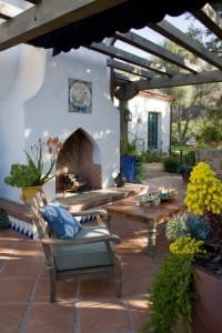 garten terrasse als wohnzimmer gestalten mit außenkamin und gartenmöbel aus holz rustikal