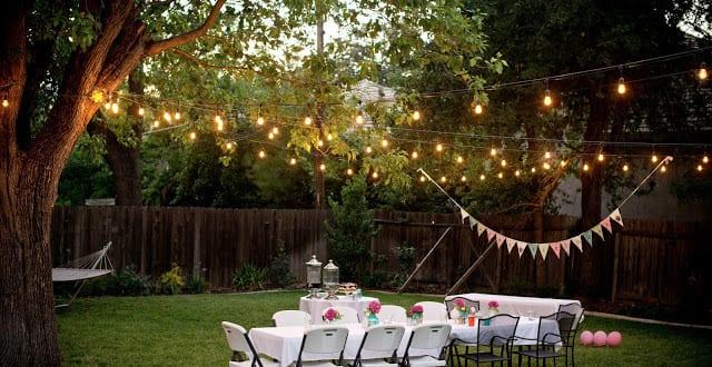 gartenparty im hofgarten mit Leuchten