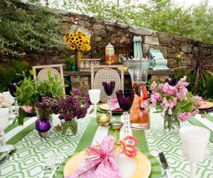grüne tischdecke und blumendeko für coole gartenparty
