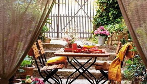 hofgarten wohnzimmer einrichten mit Esstisch und klappstühlen für garten