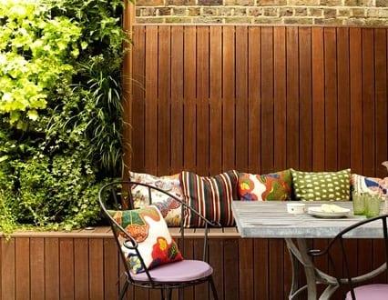 holzterrasse als kleines wohnzimmer draußen gestalten mit DIY Sitzecke mit holzverkleidet