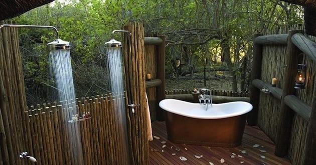 ideen f r badezimmer im au enbereich mit au enduschen und freistehende badewanne freshouse. Black Bedroom Furniture Sets. Home Design Ideas