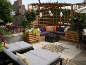 inspiration für sommerliches wohnzimmer draußen und coole terrassengestaltung mit gartenliegen