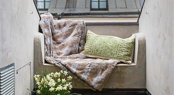 kleiner balkon mit ausgemauertem sofa gestalten