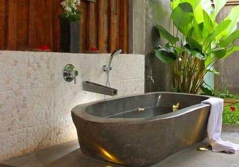 kleines badezimmer im au enbereich mit freistehender badewanne aus stein freshouse. Black Bedroom Furniture Sets. Home Design Ideas
