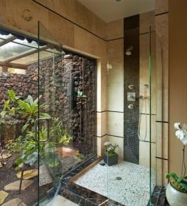 kleines badezimmer mit Duschkabine und ganz zum hofgarten mit Außendusche