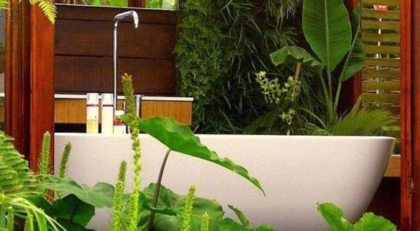 kleines badezimmer mit badewanne freistehend für den außenbereich