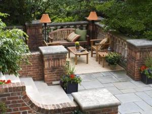 kleines wohnzimmer auf die terrasse mit holzmöbeln und stehlampen einrichten