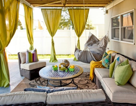 kleines wohnzimmer drau en mit schaukelstuhl und terrassenm bel rattan mit gardinen gr n freshouse. Black Bedroom Furniture Sets. Home Design Ideas