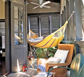 kleines wohnzimmer im freien mit hängematte und rattanstühl