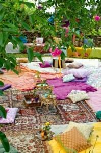 kreative Idee für Gartenparty auf dem bodem mit Sitzkissen und Teppichen