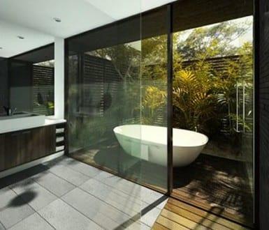 luxus badezimmer holz mit hofgarten und außenbadewanne - fresHouse