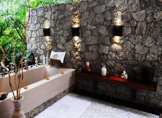 Luxus-Badezimmer-Mit-Natursteinwand-Und-Badewanne-Einmauern-Im