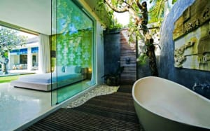 badezimmerideen für den außenbereich mit holzboden und steinmauer_hofgartengestaltung als kleines luxus badezimmer im freien mit badewanne freistehend