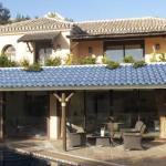 energieeffiziente Überdachungen mit Glasdachziegeln und Solaranlage für moderne Häuser