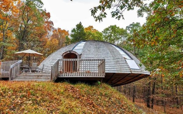 Ein Rotierendes Rundhaus Aus Holz Mit Kuppeldach Und Holzterrasse