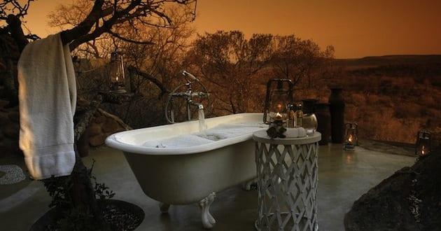 modernes badezimmer im außenbereich mit badewanne freistehend und beistelltisch rund
