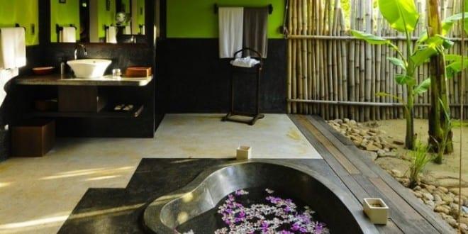modernes badezimmer mit wandfarbe grün und schwarze badewanne einmauern