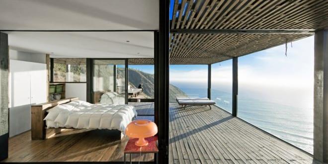 modernes haus mit mit Holzterrasse und Terrassenüberdachung aus holz