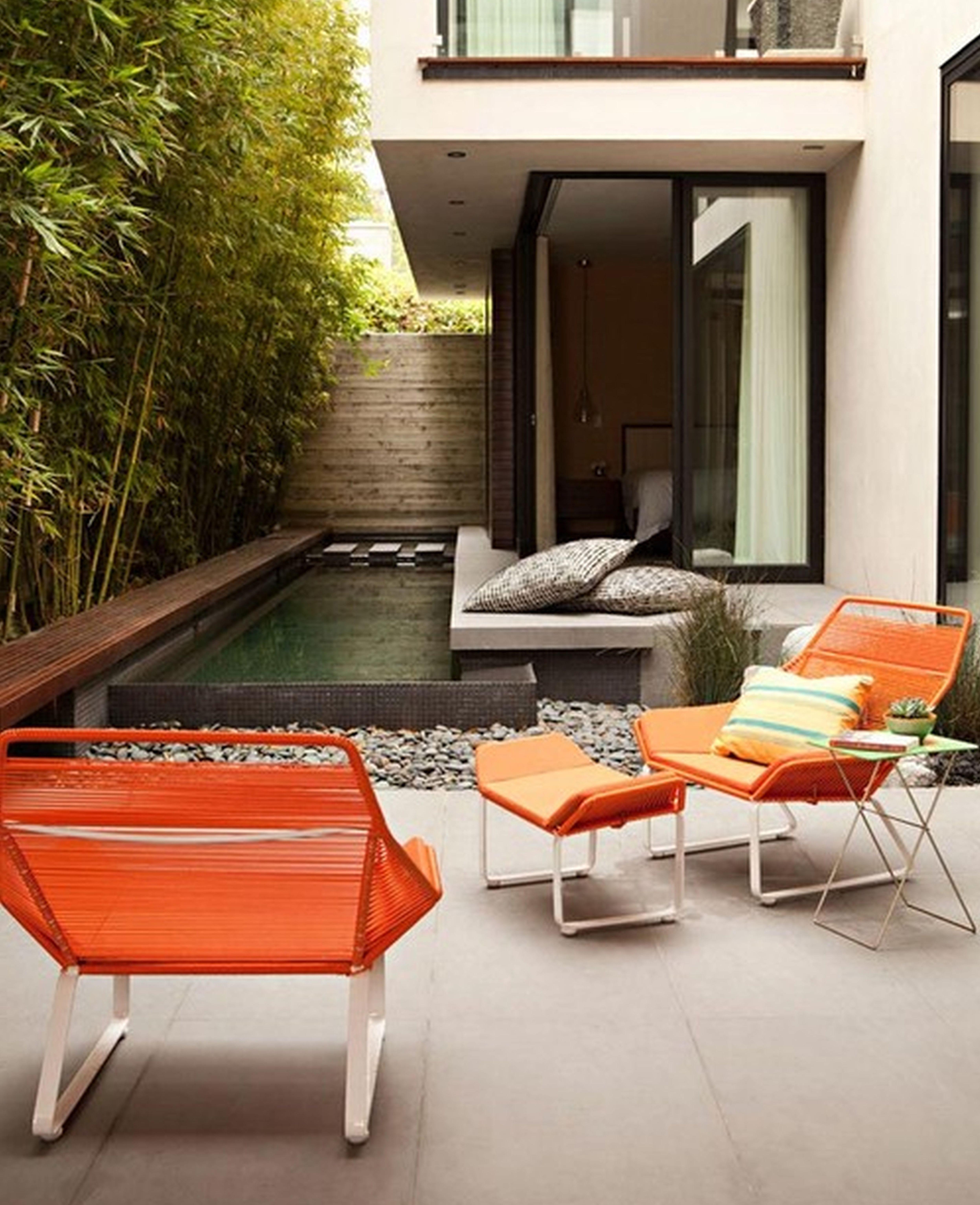 modernes wohnzimmer draußen im garten mit gartenpool und modernen ...