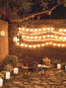 romantische gartenparty idee mit lampen und kerzenhalter