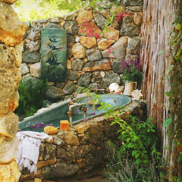 Rustikales Badezimmer Im Garten Und Badewanne Verkleidung Mit Naturstein