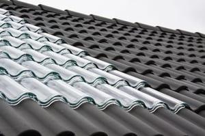 stilvolle-Solaranlage-für-das-Dach-mit-lichtdurchlässigen--Glasziegeln