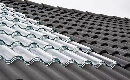 stilvolle-Solaranlage-für-das-Dach-mit-lichtdurchlässigen–Glasziegeln