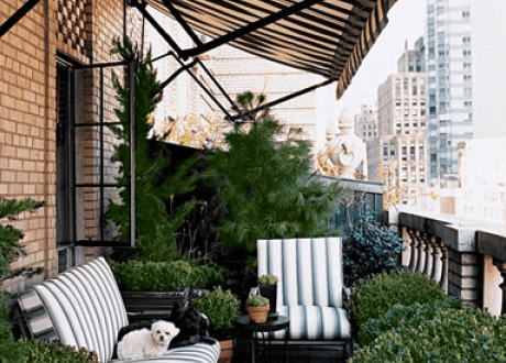 terrasse gestalten mit pflanzen und sofa als kleines wohnzimmer draußen