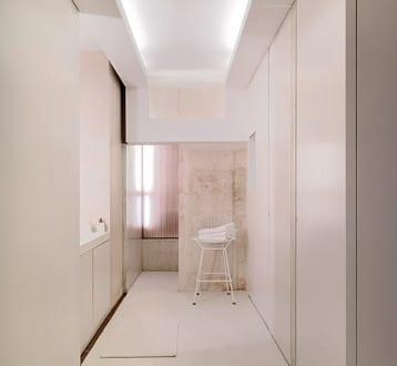 wohnideen flur in weiß mit indirekter deckenbeleuchtung und weißen eingebauten Wandschränken