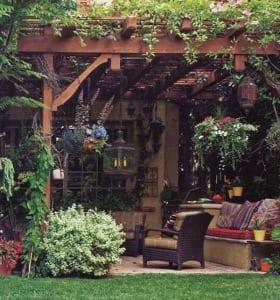 wohnzimmer im garten einrichten mit Pergola und kletterpflanzen