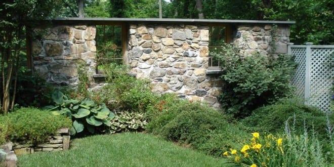 gitterfenster holz als deko f r gartenmauer naturstein freshouse. Black Bedroom Furniture Sets. Home Design Ideas