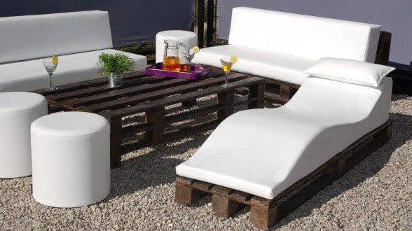 coole terrassengestaltung mit gartenliege und sofas aus paletten freshouse. Black Bedroom Furniture Sets. Home Design Ideas
