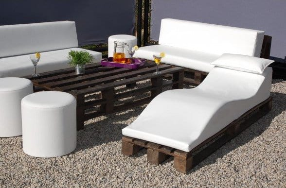 coole terrassengestaltung mit gartenliege und sofas aus paletten freshouse. Black Bedroom Furniture Sets. Home Design Ideas